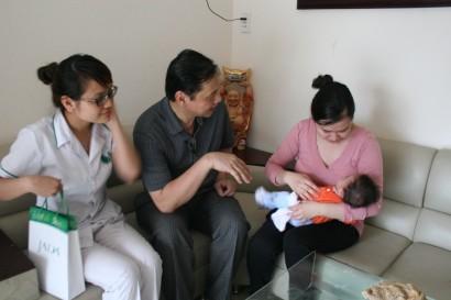 Lương y Nguyễn Hữu Toàn thăm bệnh nhân vô sinh