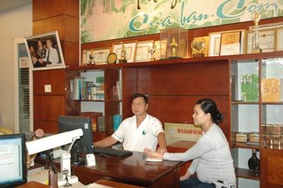 Lương y Nguyễn Hữu Toàn khám bệnh cho bệnh nhân