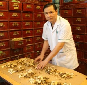 Lương y Nguyễn Hữu Toàn cắt thuốc cho bệnh nhân hiếm muộn